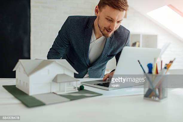 Architetto lavorando nel suo nuovo ufficio.