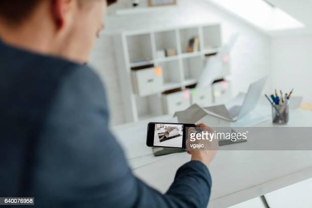 Architecte travaillant dans son bureau