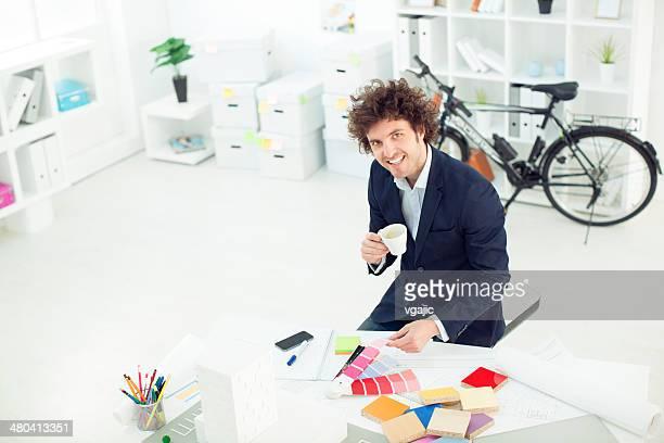 Architecte travaillant dans le bureau
