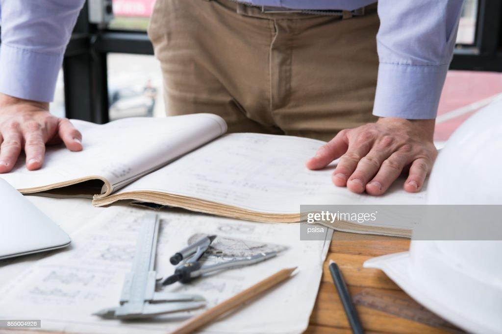 Travail sur le plan de construction au bureau de larchitecte