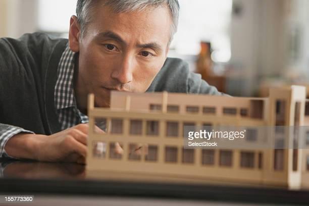 Architetto lavorando sul modello