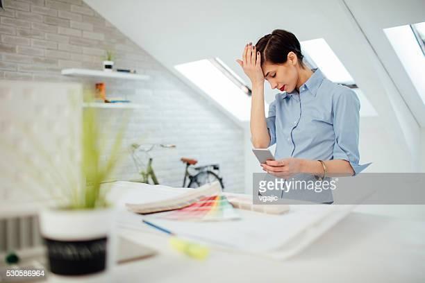 L'architecte travaillant sous pression de son bureau.
