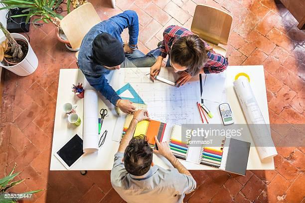 Architetti al lavoro, studiando un modello