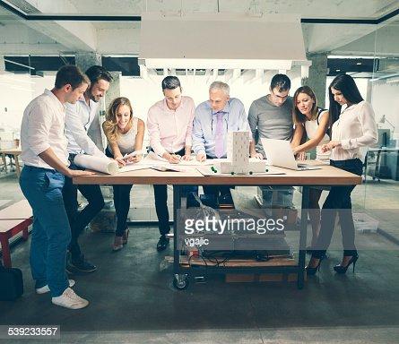 Architectes examinant Maquette d'architecture dans le bureau.