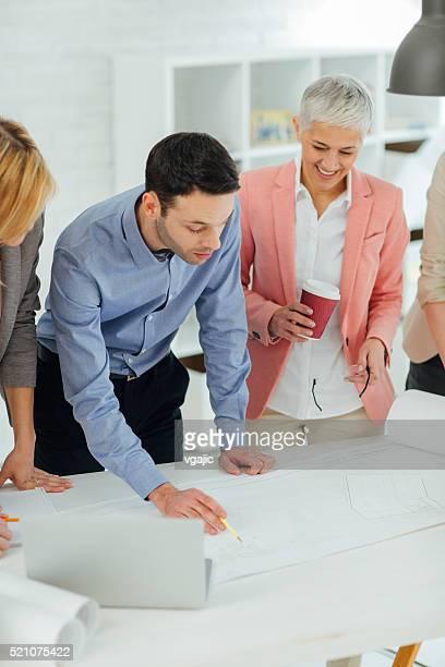 Architekten bei der Durchsicht der Pläne liegen vor, im Büro.