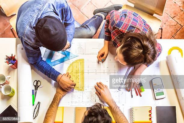 Architekten Arbeiten auf eine Technische Zeichnung