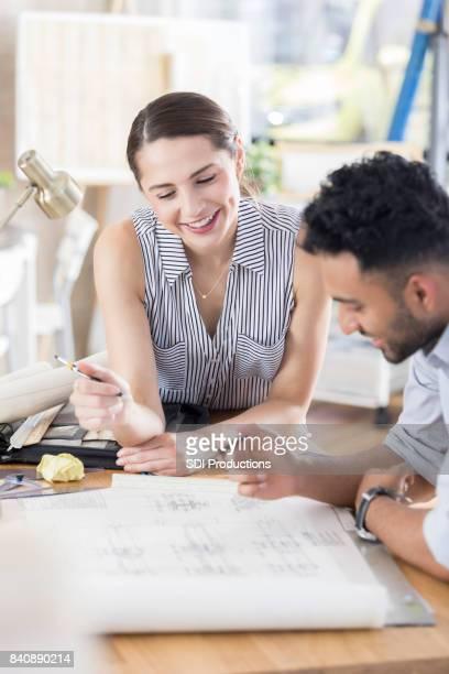 Compañeros de trabajo arquitectónicos disfrutan juntos de brainstorming