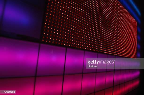 Arquitetura com painéis de cor de rosa