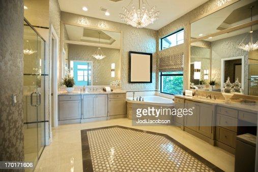 lussuoso bagno principale con vasca da bagno e doccia idromassaggio ...