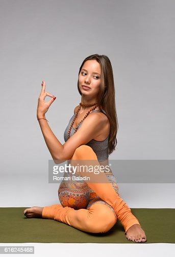 Ardha matsyendrasana pose. Yoga : Foto stock