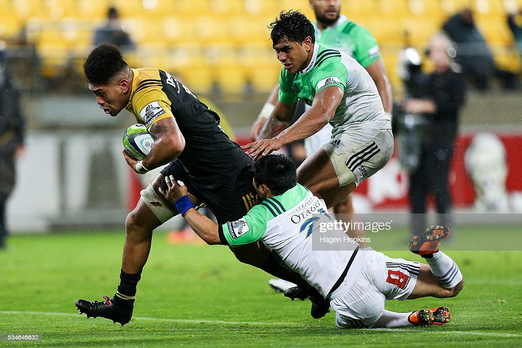 Ardie Savea of the Hurricanes beats the tackle of Fumiaki Tanaka and Malakai Fekitoa of the Highlanders to score the match-winning try during the round 14 Super Rugby match between the Hurricanes and the Highlanders at Westpac Stadium on May 27, 2016 in Wellington, New Zealand.