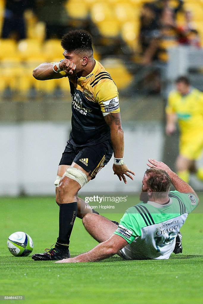 <a gi-track='captionPersonalityLinkClicked' href=/galleries/search?phrase=Ardie+Savea&family=editorial&specificpeople=8836502 ng-click='$event.stopPropagation()'>Ardie Savea</a> of the Hurricanes celebrates after scoring the match-winning try while Greg Pleasants-Tate of the Highlanders looks on during the round 14 Super Rugby match between the Hurricanes and the Highlanders at Westpac Stadium on May 27, 2016 in Wellington, New Zealand.