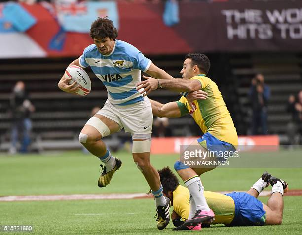 Argentina attempts to move the ball against Brazil during the HSBC World Rugby Sevens Series in Vancouver BC March 12 2016 / AFP / Don MacKinnon