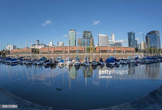 ARGENTINIEN Buenos Aires in Puerto Madero mit Schiffen die Skyline