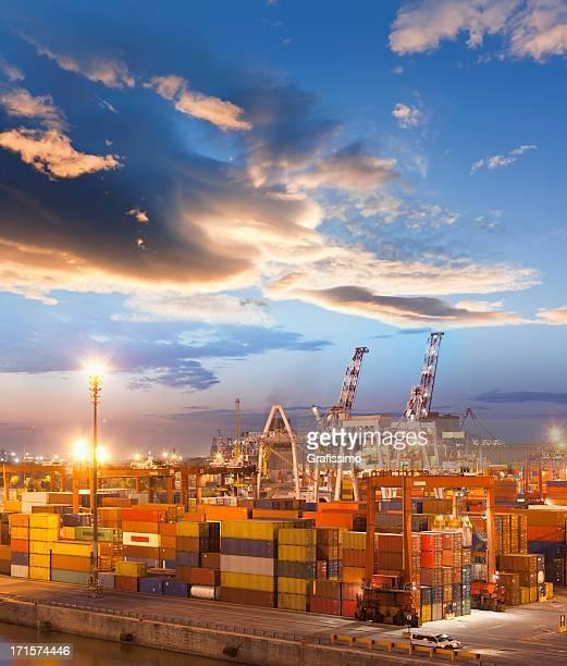 Buenos Aires, Argentinien Container Hafen bei Dämmerung
