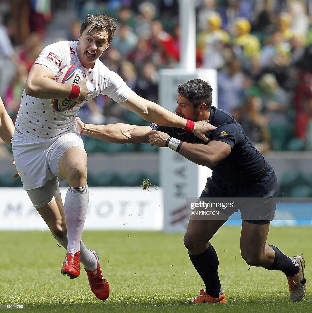 Argentina's Agustin Corles (R) attempts to tackle Englnad's Alex Gray during the Rugby Union England Sevens Cup at Twickenham Stadium, southwest London, on May 10, 2014.