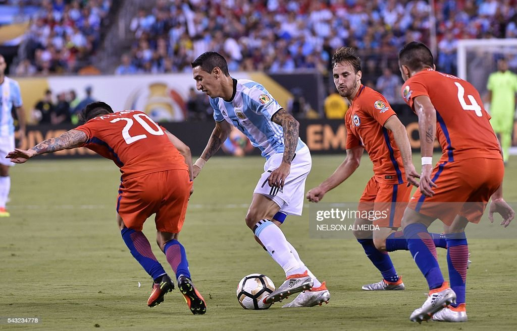 Argentina's Angel Di Maria (2-L) controls the ball marked by Chile's Charles Aranguiz (L) and Chile's Mauricio Isla (R) during the Copa America Centenario final in East Rutherford, New Jersey, United States, on June 26, 2016. / AFP / NELSON