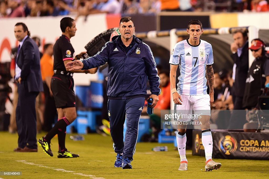 Argentina's Angel Di Maria gestures as he leaves the pitch during the Copa America Centenario final against Chile in East Rutherford, New Jersey, United States, on June 26, 2016. / AFP / Alfredo ESTRELLA