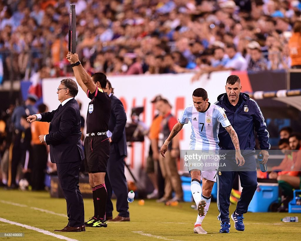 Argentina's Angel Di Maria gestures as he leaves the pitch, next to Argentina's coach Gerardo Martino (L) during the Copa America Centenario final against Chile in East Rutherford, New Jersey, United States, on June 26, 2016. / AFP / Alfredo ESTRELLA