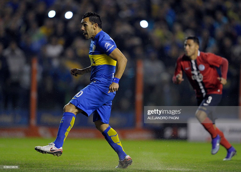 Argentina's Boca Juniors forward Carlos Tevez celebrates after scoring against Paraguay's Cerro Porteno during their Copa Libertadores 2016 round before the quarterfinals second leg football match at La Bombonera stadium in Buenos Aires, Argentina, on May 5, 2016. / AFP / ALEJANDRO
