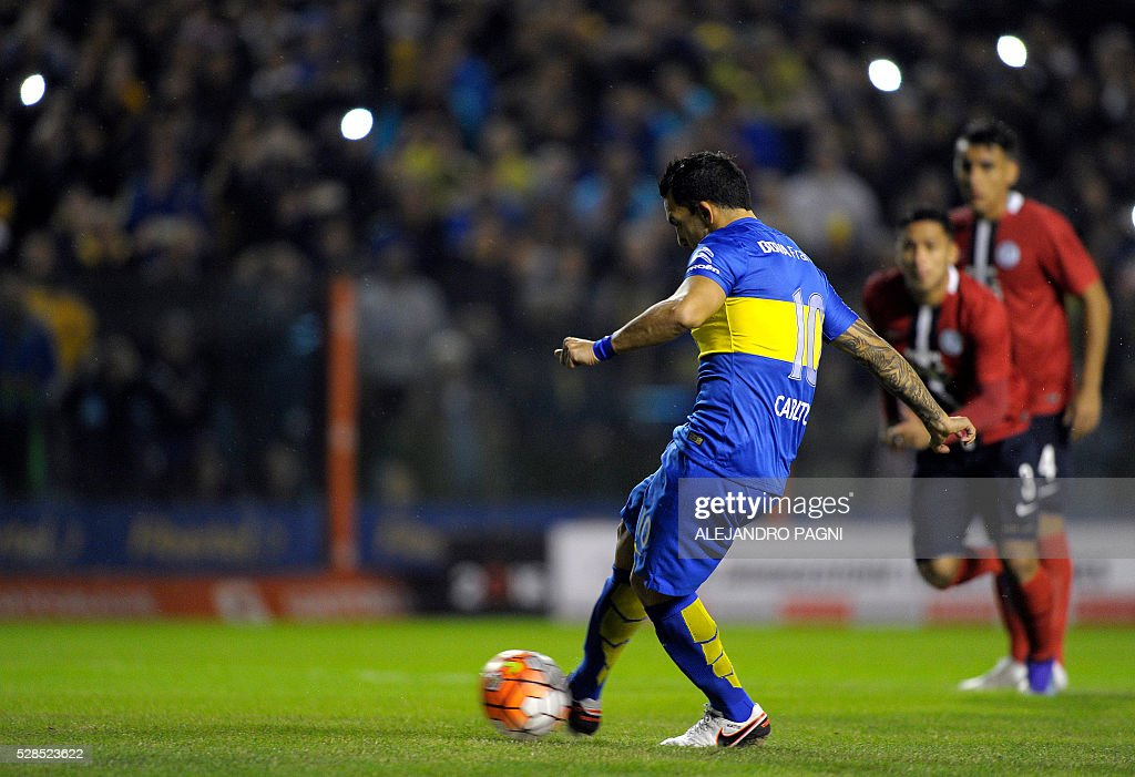 Argentina's Boca Juniors forward Carlos Tevez (C) shoots a penalty kick to score against Paraguay's Cerro Porteno during their Copa Libertadores 2016 round before the quarterfinals second leg football match at La Bombonera stadium in Buenos Aires, Argentina, on May 5, 2016. / AFP / ALEJANDRO
