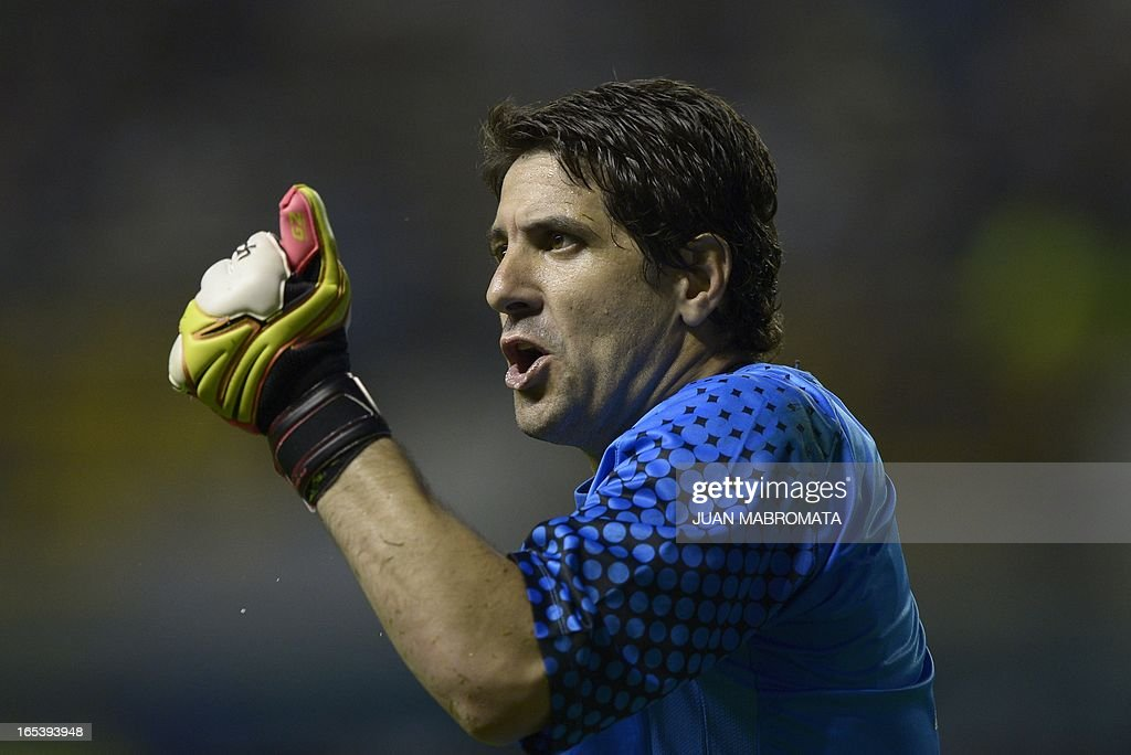 Argentina's Boca Juniors goalkeeper Agustin Orion argues with the Brazilian referee Ricardo Marques Ribeiro (not in frame) during their Copa Libertadores 2013 Group 1 football match against Ecuador's Barcelona at 'La Bombonera' stadium in Buenos Aires, Argentina, on April 3, 2013. AFP PHOTO / Juan Mabromata