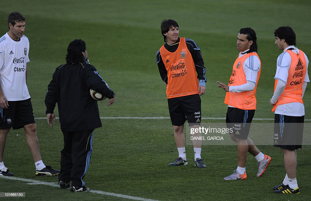 Argentina's coach Diego Maradona (2ndL) talks to (from L) Martin Palermo, Lionel Messi, Carlos Tevez, and Diego Milito during a team training session at the University's High Performance Centre in Pretoria on June 6, 2010 ahead of the start of the 2010 football World Cup.
