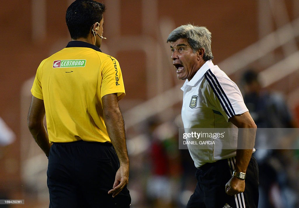 Argentina's coach Marcelo Trobbiani (R) shouts to Brazilian fourth referee Sandro Ricci during their Group A South American U-20 qualifier football match against Bolivia at Malvinas Argentinas stadium in Mendoza, Argentina, on January 13, 2013. Four teams will qualify for the FIFA U-20 World Cup Turkey 2013.