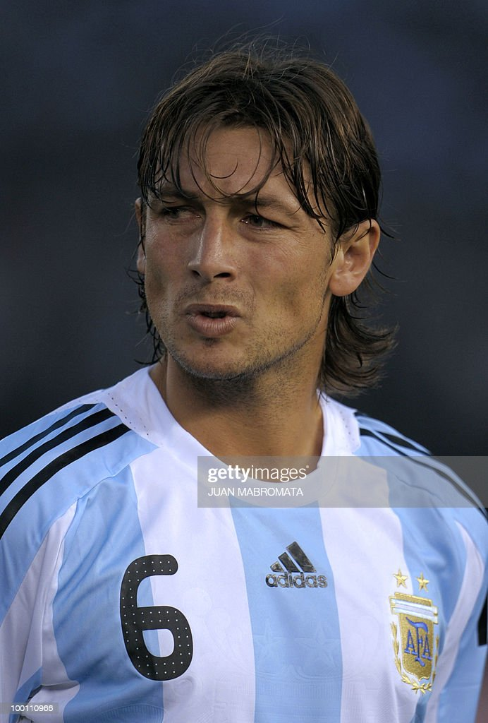 Argentina's defender Gabriel Heinze gestures before the start of the FIFA World Cup South Africa-2010 qualifier football match against Peru at the Monumental stadium in Buenos Aires, Argentina on October 10, 2009. Argentina won 2-1. AFP PHOTO / Juan Mabromata