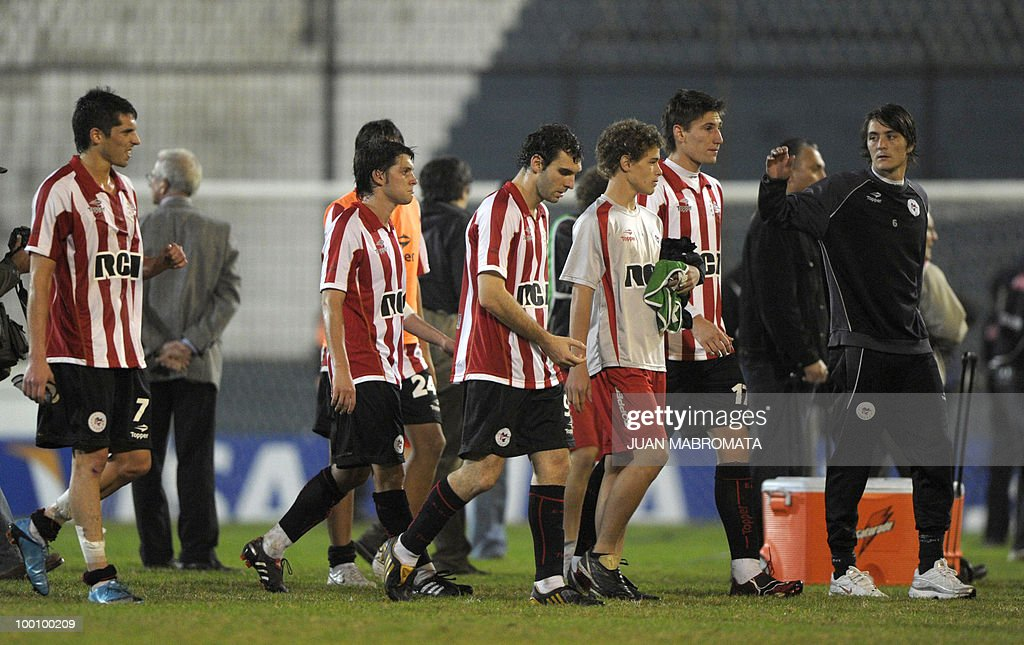 Argentina's Estudiantes de la Plata footballers leave the field after being disqualified by Brazil's Internacional after their Copa Libertadores 2010 quarterfinals second leg football match at Centenario stadium in Quilmes, south Buenos Aires, on May 20, 2010. Estudiantes won 2-1 but Brazil's Internacional qualified to next round on aggregate goals. AFP PHOTO / Juan Mabromata