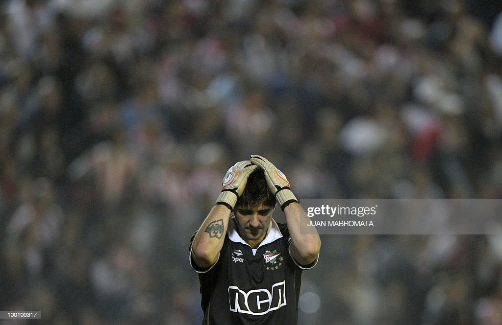 Argentina's Estudiantes de la Plata goalkeeper Agustin Orion reacts after being scored amid a cloud of fireworks smoke by Brazil's Internacional midfielder Giuliano during their Copa Libertadores 2010 quarterfinals footbal match at Quilmes stadium in Buenos Aires, Argentina, on May 20, 2010. Estudiantes won 2-1 but Internacional qualified for the next round. AFP PHOTO / Juan Mabromata