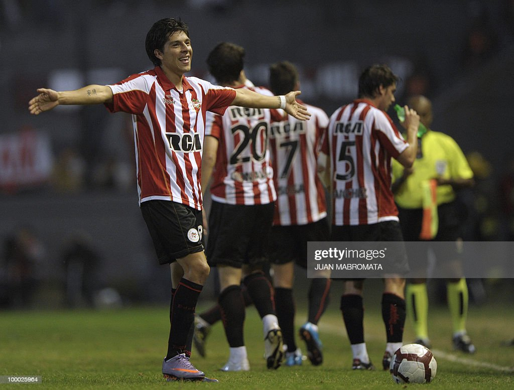 Argentina's Estudiantes de la Plata midfielder Enzo Perez (L) celebrates next to teammates after scoring the team's second goal against Brazil's Internacional during their Copa Libertadores 2010 quarterfinals footbal match at Quilmes stadium in Buenos Aires, Argentina, on May 20, 2010. AFP PHOTO / Juan Mabromata