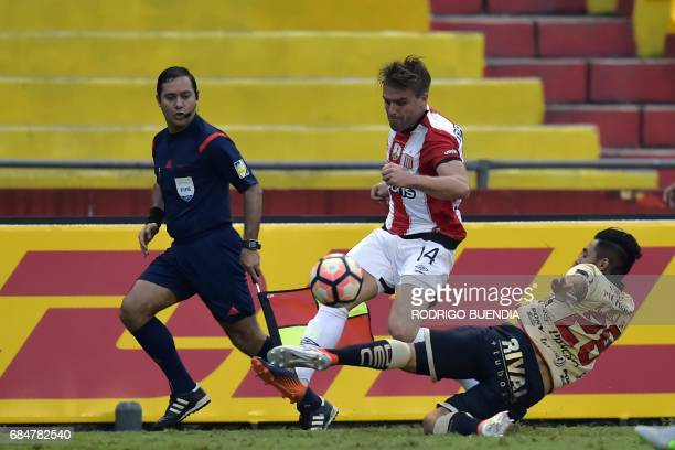 Argentina's Estudiantes de la Plata player Facundo Sanchez vies for the ball with Ecuador's Barcelona player Roosevelt Oyola during their 2017 Copa...