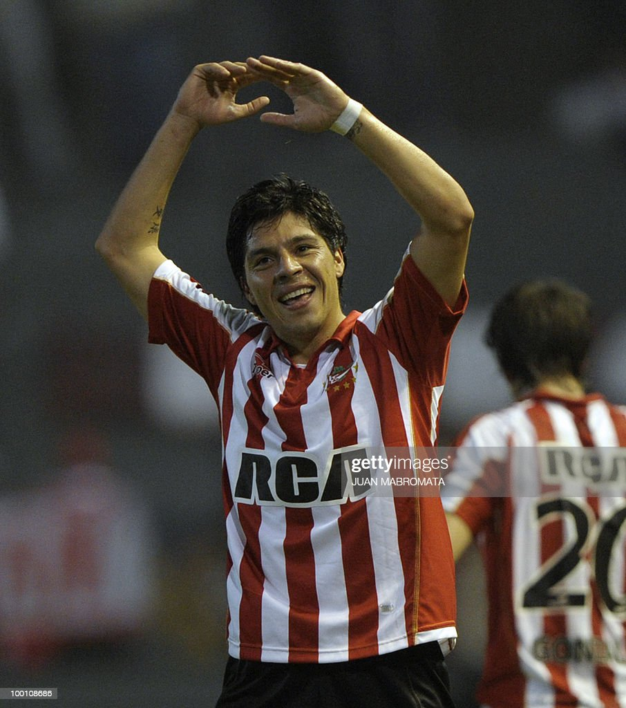 Argentina's Estudiantes midfielder Enzo Perez celebrates after scoring his team's second goal against Brazil's Internacional during the second leg of the Copa Libertadores 2010 quarterfinals football match at Centenario stadium in Quilmes, south Buenos Aires, on May 20, 2010. AFP PHOTO/Juan Mabromata