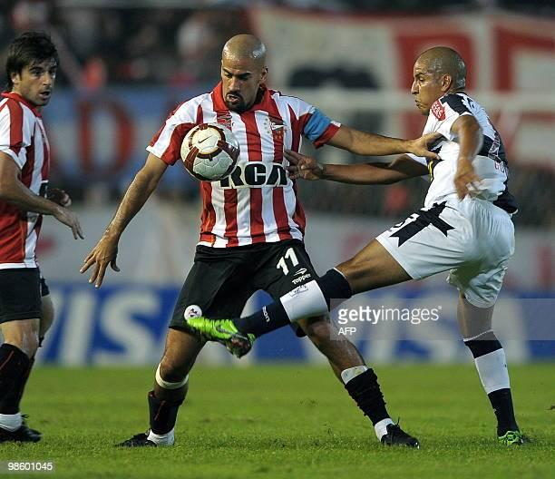 Argentina's Estudiantes midfielder Juan Veron vies for the ball with midfielder Edgar Gonzalez of Peru's Alianza Lima during their Libertadores Cup...