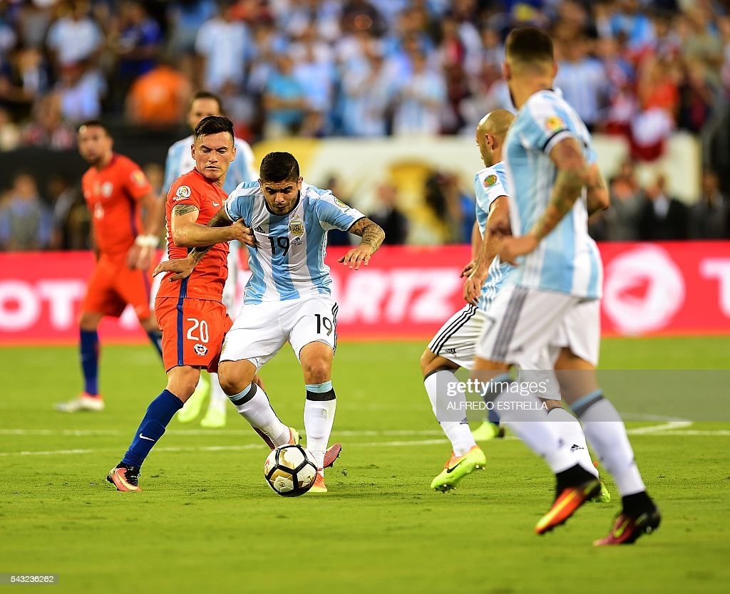 Argentina's Ever Banega (C) is marked by Chile's Charles Aranguiz (L) during the Copa America Centenario final in East Rutherford, New Jersey, United States, on June 26, 2016. / AFP / Alfredo ESTRELLA