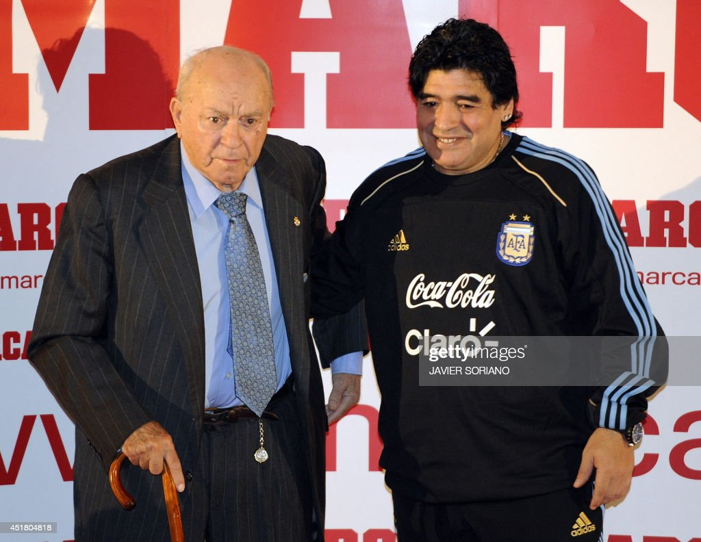 ¿Cuánto mide Alfredo Di Stefano? - Real height Argentinas-football-legend-alfredo-di-stefano-and-coach-of-the-team-picture-id451804818