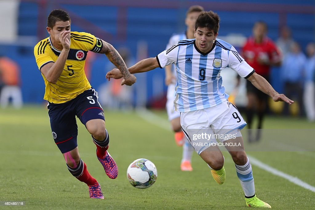 Argentina's forward Giovanni Simeone and Colombia's defender Juan Quintero vie for the ball during the South American U20 football match at the Gran...