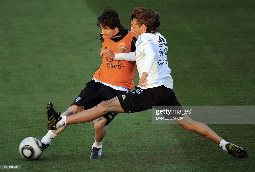 Argentina's forward Lionel Messi (L) controls the ball next to defender Gabriel Heinze during a team training session at the University's High Performance Centre in Pretoria on June 6, 2010 ahead of the start of the 2010 World Cup football tournament.