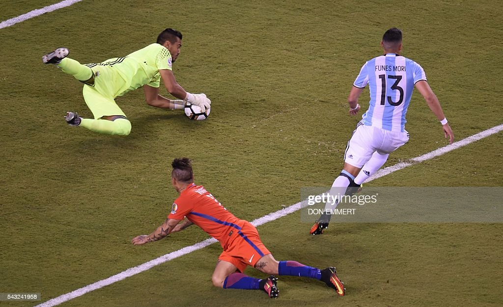 Argentina's goalie Sergio Romero catches the ball in front of Chile's Eduardo Vargas and Argentina's Ramiro Funes Mori during the Copa America Centenario final in East Rutherford, New Jersey, United States, on June 26, 2016. / AFP / Don EMMERT