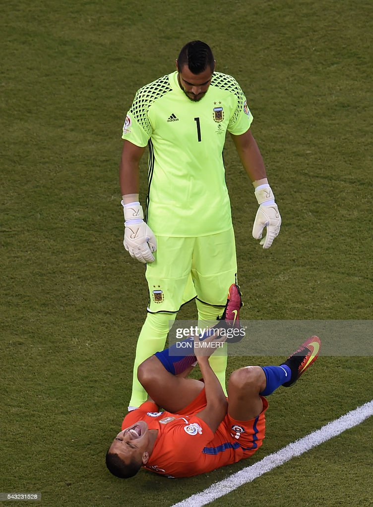 Argentina's goalie Sergio Romero looks at Chile's Alexis Sanchez as he gestures during the Copa America Centenario final in East Rutherford, New Jersey, United States, on June 26, 2016. / AFP / Don EMMERT