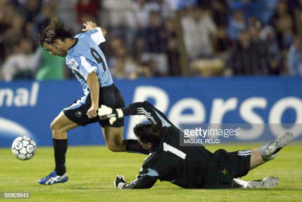 Argentina's goalkeeper Roberto Abbondanzieri tries to stop Uruguayan Alvaro Recoba during their last South American FIFA World Cup Germany 2006...
