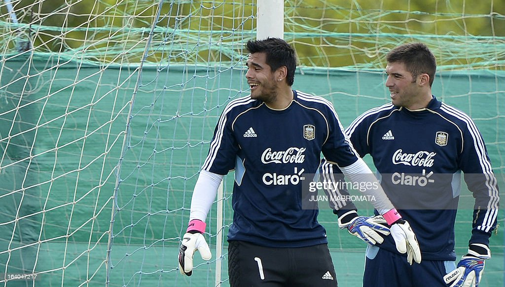 Argentina's goalkeepers Sergio Romero (L) and Mariano Andujar joke during a training session in Ezeiza, Buenos Aires on March 19, 2013 ahead of the Brazil 2014 FIFA World Cup South American qualifier football match against Venezuela on March 22. AFP PHOTO / Juan Mabromata