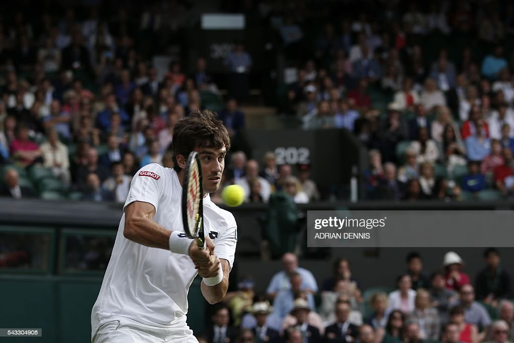 Argentina's Guido Pella returns against Switzerland's Roger Federer during their men's singles first round match on the first day of the 2016 Wimbledon Championships at The All England Lawn Tennis Club in Wimbledon, southwest London, on June 27, 2016. / AFP / ADRIAN