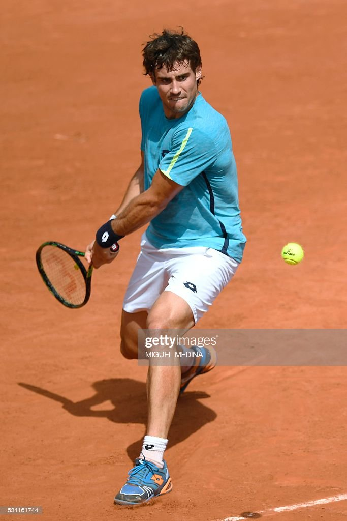 Argentina's Guido Pella returns the ball to France's Gilles Simon during their men's second round match at the Roland Garros 2016 French Tennis Open in Paris on May 25, 2016. / AFP / MIGUEL