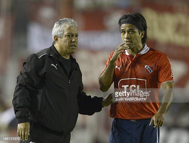Argentina's Independiente coach Americo Gallego and midfielder Fabian Vargas talk during their Copa Sudamericana 2012 quarterfinals first leg...