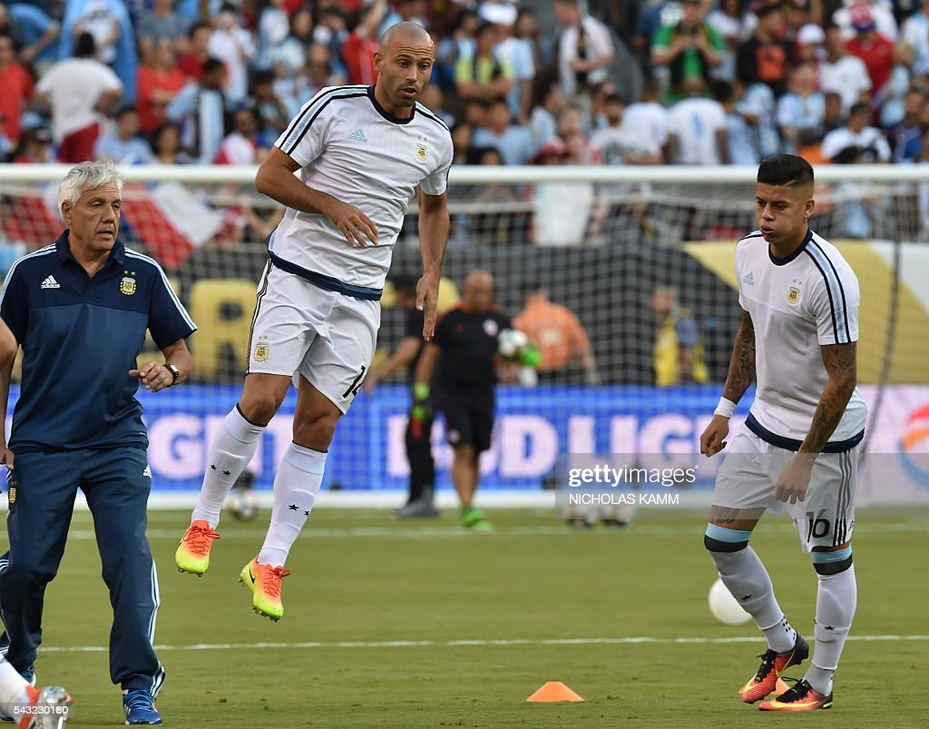 Argentina's Javier Mascherano (L) and teammate Marcos Rojo warm up before the start of the Copa America Centenario final against Chile in East Rutherford, New Jersey, United States, on June 26, 2016. / AFP / Nicholas KAMM
