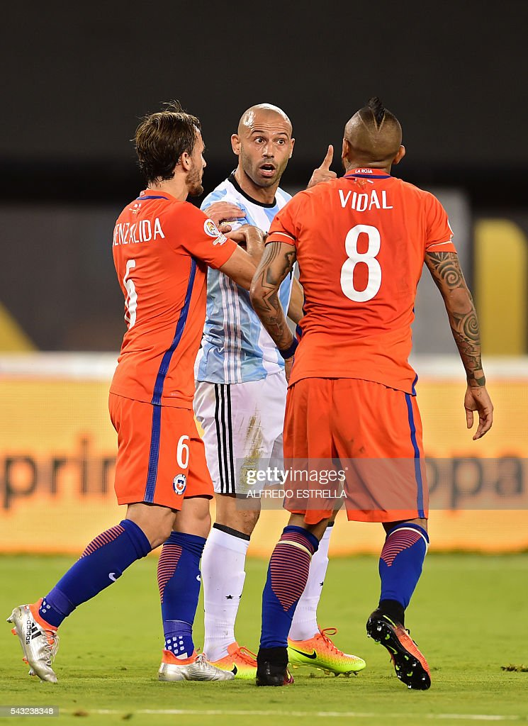 Argentina's Javier Mascherano (C) argues with Chile's Arturo Vidal (L) and Chile's Jose Fuenzalida (L) during the Copa America Centenario final in East Rutherford, New Jersey, United States, on June 26, 2016. / AFP / Alfredo ESTRELLA