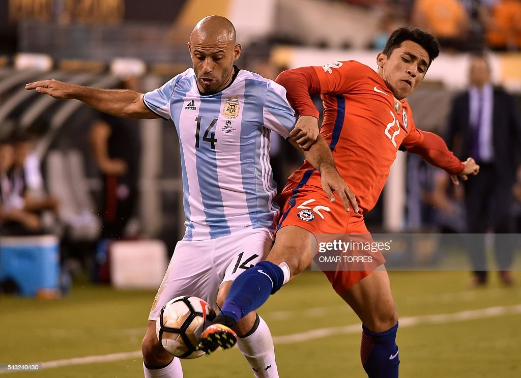 Argentina's Javier Mascherano (L) vies for the ball with Chile's Edson Puch during the Copa America Centenario final in East Rutherford, New Jersey, United States, on June 26, 2016. / AFP / Omar TORRES