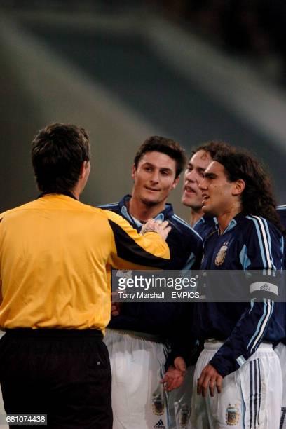 Argentina's Javier Zanetti and Juan Pablo Sorin argue with the referee Stefano Farina